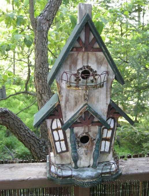 Двухуровневый деревянный скворечник старый дом