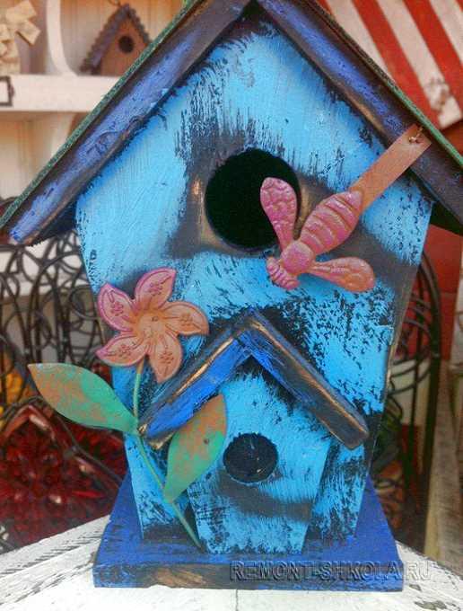 Деревянный скворечник со стрекозой и цветочком