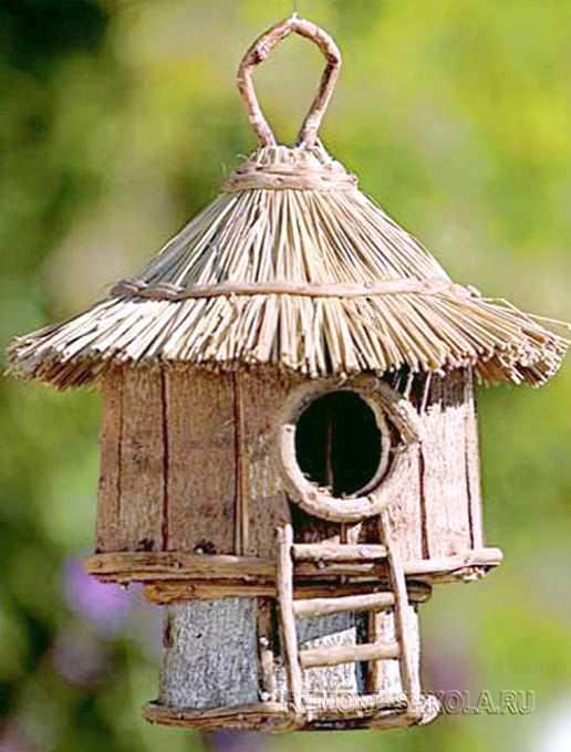 Деревянный скворечник с соломенной крышей