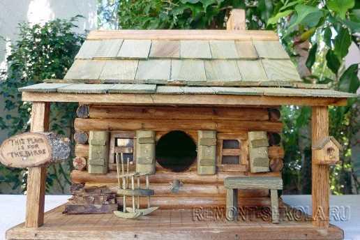 Деревянный скворечник старая хижина с открытой террасой