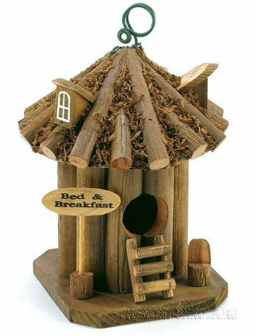 Маленький деревянный скворечник