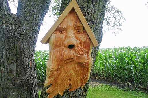 Деревянный скворечник с лицом старика