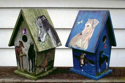 Деревянные скворечники с нанесёнными рисунками в виде собак