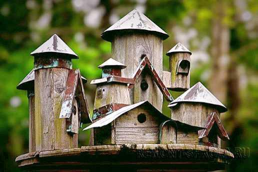 Деревянный скворечник маленький старинный город