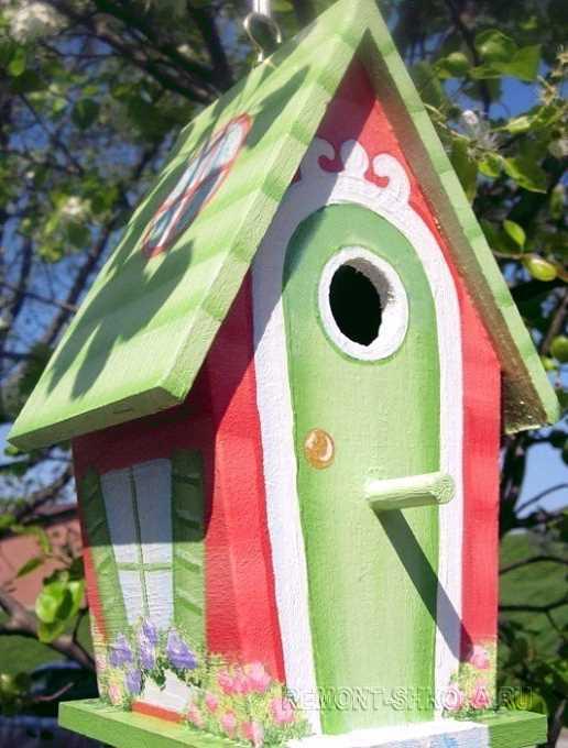 Деревянный скворечник с раскраской под дом