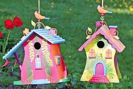 Деревянные скворечники с яркими декоративными элементами