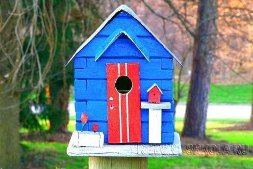 Синий деревянный скворечник с маленьким скворечником