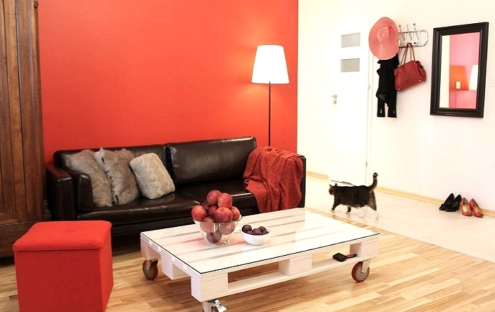 Гостиная с красной акцентной стеной.