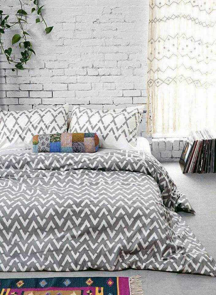 белый декоративный кирпич в интерьере спальни фото