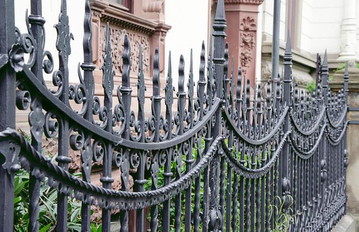 Красивый металлический кованный забор