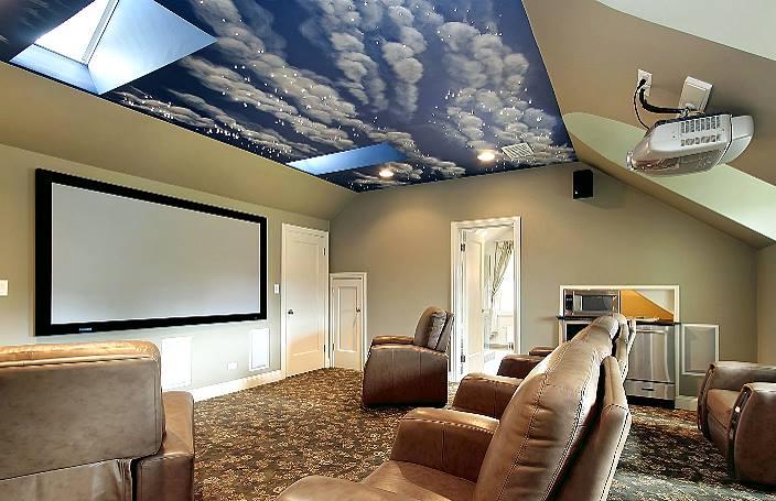 Комната для отдыха с потолком и с фотопечатью небо.