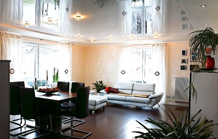 Гостиная с глянцевым натяжным потолком.