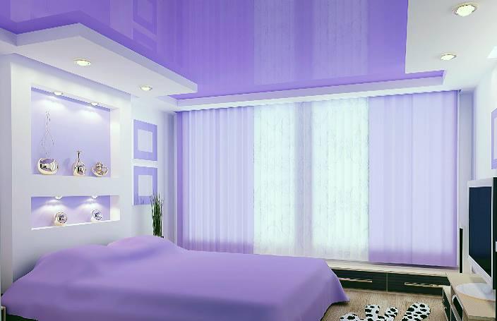 Спальня в сиреневом цвете и сиреневый цвет потолка.