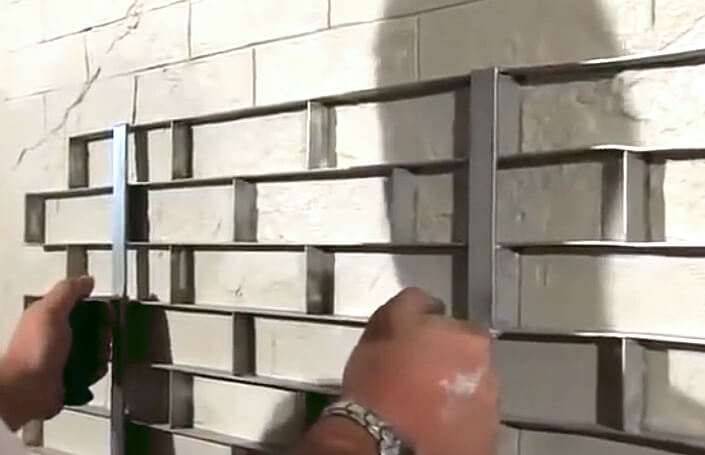 Применение шаблона для создания стены под кирпич