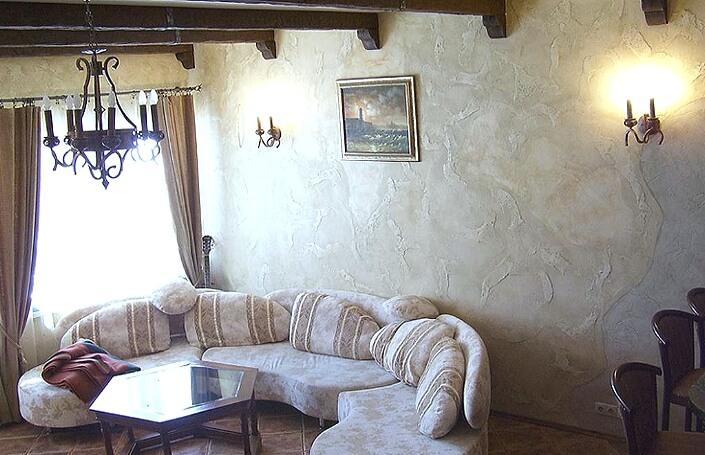 Рельефная декоративная штукатурка в интерьере гостиной
