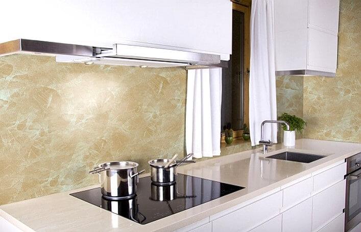Стена на кухне с покрытием под мрамор