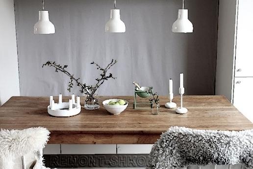 Скандинавский дизайн:.стол из натурального дерева и шкуры животных