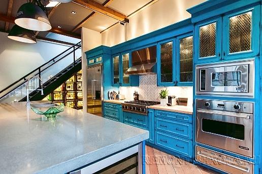 Дизайн кухни с ярким гарнитуром