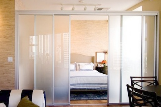 Пастельные тона, стеклянные двери и подсветка