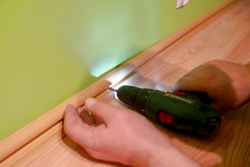 Крепление внутренней монтажной панели плинтуса дюбель гвоздём