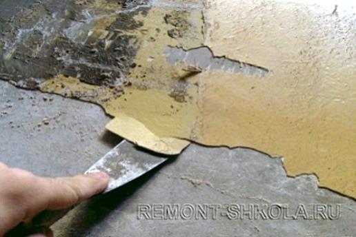 удалить старую краску при помощи шпателя