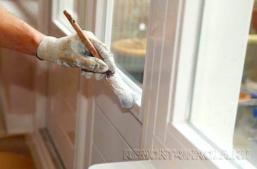 Окраска деревянного окна с помощью кисточки