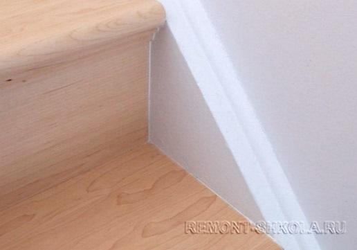 Заполненные швы между ступенями и стеной
