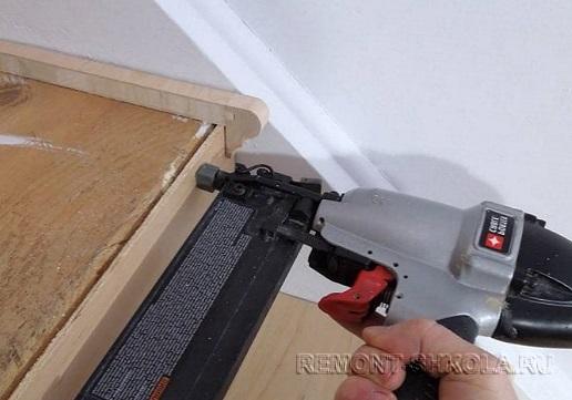 Крепление боковой накладки на лестничную ступень
