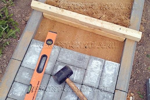 Укладываем тротуарную плитку на дороку из брусчатки