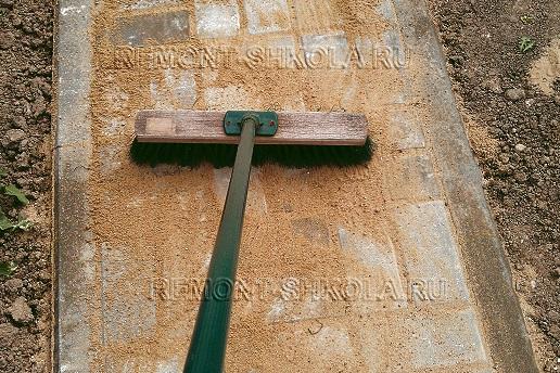 Заделка межплиточных швов песком