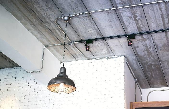 Бетонный потолок.