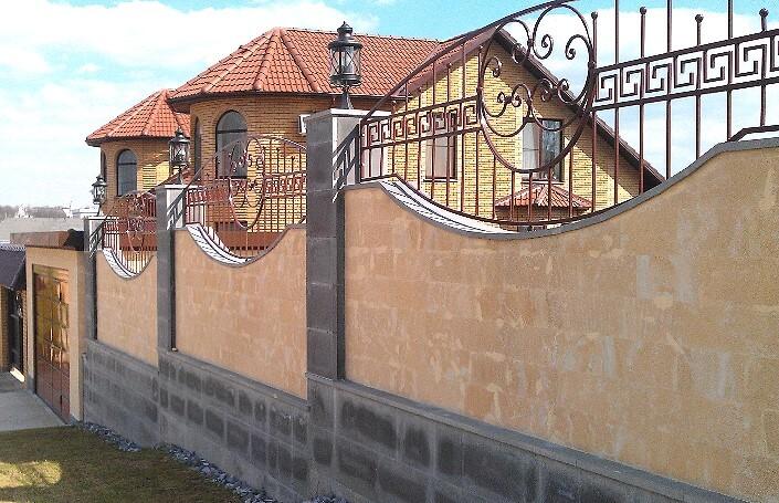 Бетонный забор обложенный плиткой