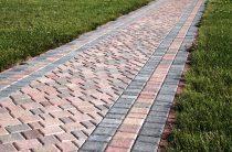 Как сделать фундамент для дорожки из тротуарной плитки — брусчатки: схема, слои, выполнение