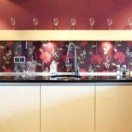 Как сделать стеклянный фартук для кухни своими руками? Пошагово с фото