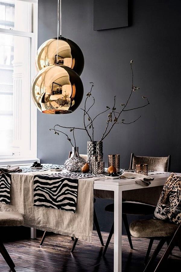 Чёрная стена в столовой