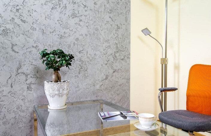 Декоративная штукатурка под бетон в гостиной