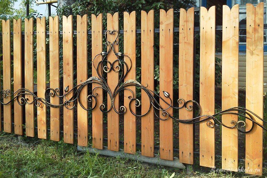 деревянный забор с наложением ковки