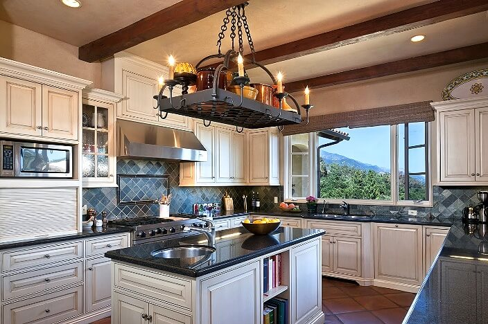 Дизайн кухни в средиземноморском стиле - железо и дерево