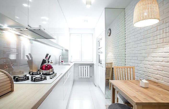 стена из белого кирпича в интерьере двухлинейной кухни