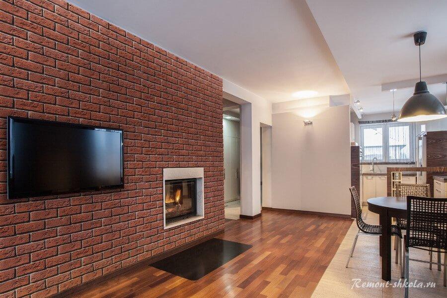 Стена из красного кирпича в гостиной