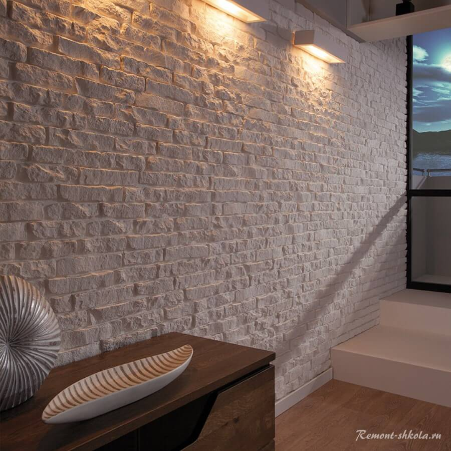 Стена из гипсовой плитки в коридоре