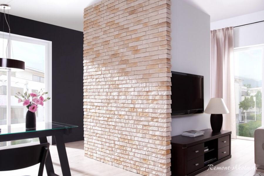 Стена из кирпича разделяет помещения