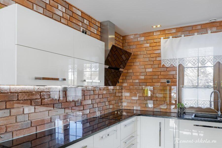 Кухня со стенами из красного цвета плитки