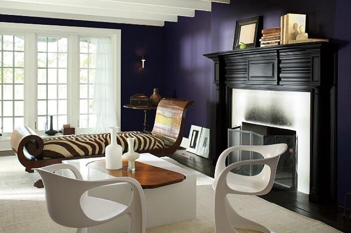 Гостиная с тёмной фиолетовой стеной
