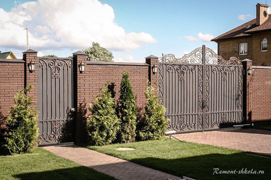 классический забор из кирпича