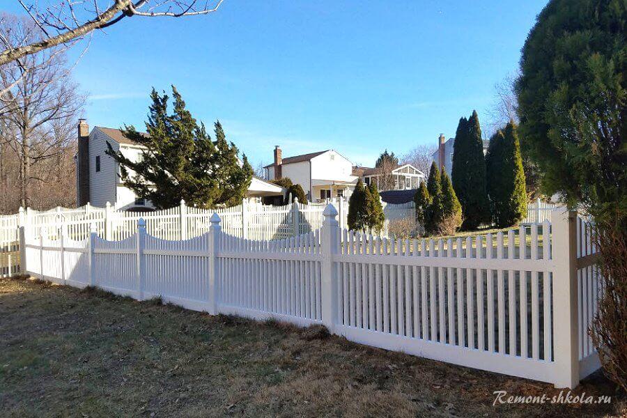 классический забор из штакетника белого цвета
