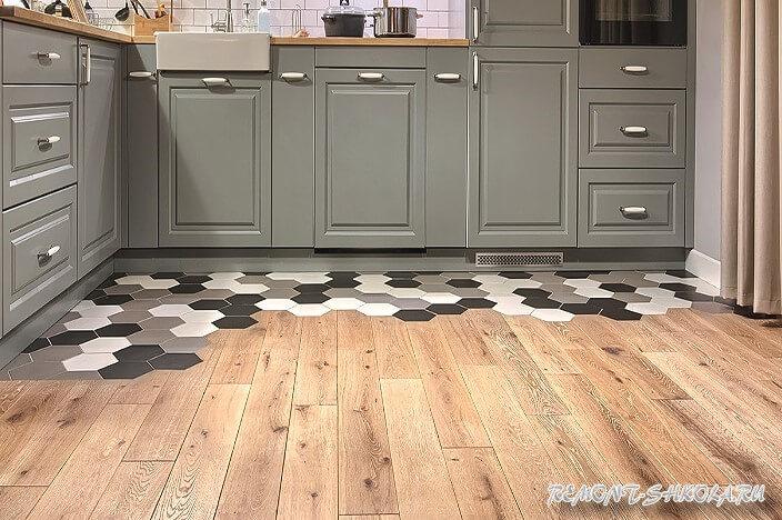 Комбинированный пол на кухне из дерева и плитки