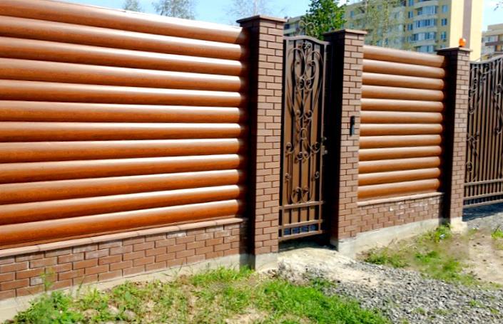 Красивый забор для загородного дома из профлиста