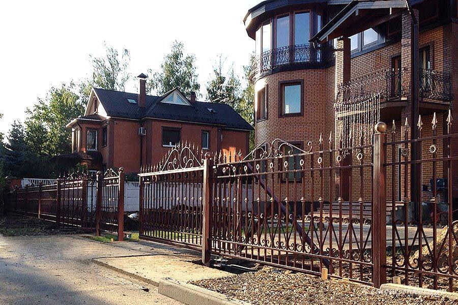 кованный забор у дома