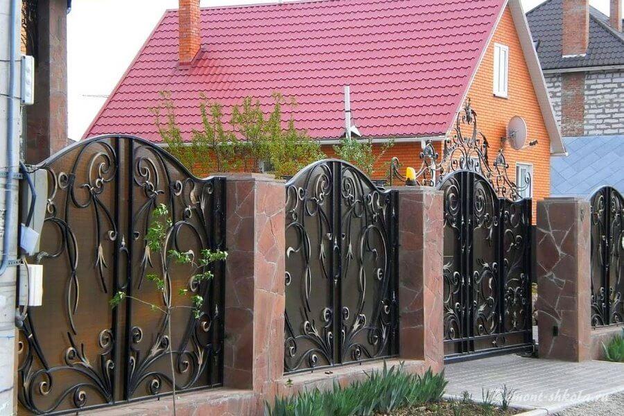 красивый кованый забор со столбами из камня
